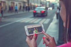 MOSKWA ROSJA, CZERWIEC, - 4, 2019: Alpari pieniężnej firmy strona internetowa na smartphone w kobiet rękach zdjęcia royalty free