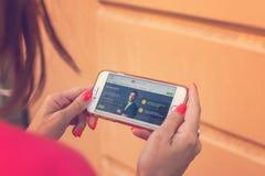 MOSKWA ROSJA, CZERWIEC, - 4, 2019: Alpari pieniężnej firmy strona internetowa na smartphone w kobiet rękach zdjęcie royalty free