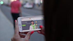 MOSKWA ROSJA, CZERWIEC, - 4, 2019: Alpari pieniężnej firmy strona internetowa na smartphone w kobiet rękach zbiory wideo