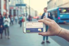 MOSKWA ROSJA, CZERWIEC, - 4, 2019: Alpari pieniężnej firmy strona internetowa na smartphone w mężczyzna rękach obrazy royalty free