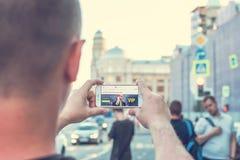 MOSKWA ROSJA, CZERWIEC, - 4, 2019: Alpari pieniężnej firmy strona internetowa na smartphone w mężczyzna rękach zdjęcie royalty free
