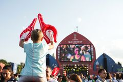 MOSKWA ROSJA, CZERWIEC, - 2018: Chłopiec obsiadanie na jego tata ` s plecy dopatrywania futbolu przy fan festiwalem w Moskwa na W Zdjęcia Royalty Free