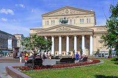 Moskwa Rosja, Czerwiec, - 03, 2018: Chodzący turyści na Theatre kwadracie blisko budynku Bolshoi Theatre na pogodnym lato ranku Obrazy Stock