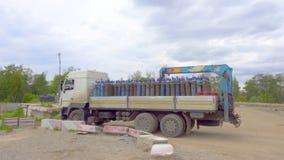 Moskwa Rosja, Czerwiec, - 26, 2017: Ciężarówka niesie tlenowe butle zbiory