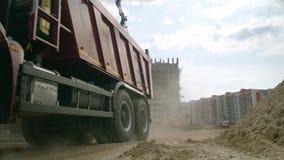 Moskwa Rosja, Czerwiec, -, 2018: Ciężarówka w akcji na budowie scena Ciężarówka przy budową zdjęcie wideo