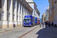 Moskwa Rosja, Czerwiec, - 03, 2018: Ciężarówki mobilny TV studio Federacyjny korytkowy Rosja 1 na pogodnym lato ranku w Moskwa Fotografia Royalty Free