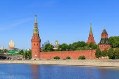 Moskwa Rosja, Czerwiec, - 03, 2018: Ściana i góruje Moskwa Kremlin na niebieskiego nieba tle w pogodnym lato ranku Fotografia Stock
