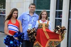 MOSKWA ROSJA, Czerwiec, - 26, 2018: fan biorą fotografię z rosyjskimi piękno modelami przed puchar świata grupy C grze między Fra Zdjęcia Royalty Free