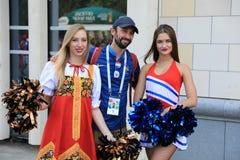 MOSKWA ROSJA, Czerwiec, - 26, 2018: fan biorą fotografię z rosyjskimi piękno modelami przed puchar świata grupy C grze między Fra Obrazy Stock