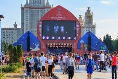 Moskwa Rosja, Czerwiec, - 28, 2018: Fan piłki nożnej na FIFA Wachlują Fest 2018 na tle Lomonosov Moskwa stanu uniwersytet Zdjęcia Stock