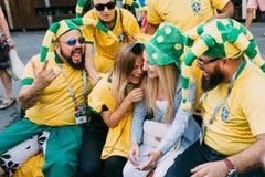 MOSKWA ROSJA, CZERWIEC, - 2018: Grupa śmia się z Rosyjskimi dziewczynami na ulicie podczas Brazylijscy fan piłki nożnej obrazy royalty free