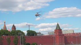 Moskwa Rosja, Czerwiec, - 28, 2017: Helikopter bierze daleko od Kremlin zbiory wideo