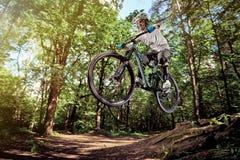 MOSKWA ROSJA, CZERWIEC, - 20, 2016: Jeździec w akci przy roweru górskiego sportem Skok na rowerze górskim Rowerzysta robi wyczyno Fotografia Royalty Free