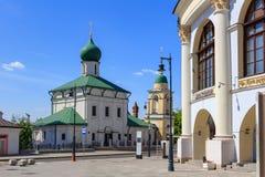Moskwa Rosja, Czerwiec, - 03, 2018: Kościół Błogosławiący na Varvarka ulicznym pobliskim zakupy Gostiny Dvor w Mosco i centrum bi Fotografia Royalty Free
