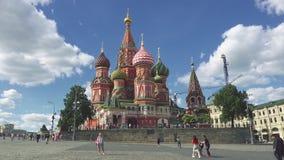 Moskwa Rosja, Czerwiec, - 28, 2017: Ludzie chodzą blisko z Świątobliwą basilu ` s katedrą zbiory