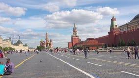 Moskwa Rosja, Czerwiec, - 28, 2017: Ludzie chodzą wokoło placu czerwonego Widok Spasskaya wierza s St basilu ` i zbiory