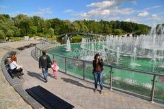 Moskwa Rosja, Czerwiec, - 08 2016 Ludzie wokoło Muzykalnej fontanny Tsaritsyno muzeum Fotografia Stock