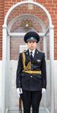 Moskwa Rosja, Czerwiec, - 24, 2017: Młody żołnierz pozyci strażnik wewnątrz Obraz Stock