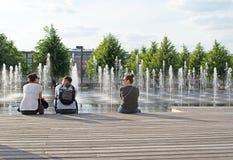 MOSKWA ROSJA, CZERWIEC, - 14, 2016: Młodzi ludzie relaksować zdjęcie stock
