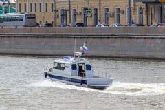 Moskwa Rosja, Czerwiec, - 21, 2018: Milicyjnej łodzi gnanie wzdłuż wody powierzchni w dziejowym centrum Moskwa na pogodnym letnim Fotografia Stock