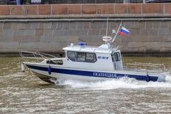 Moskwa Rosja, Czerwiec, - 21, 2018: Milicyjnej łodzi gnanie na Moskva rzece w dziejowym centrum Moskwa na letnim dniu Zdjęcie Stock