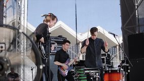 MOSKWA ROSJA, CZERWIEC, - 6, 2015: Muzyka rockowa zespół wykonuje na scenie zbiory wideo