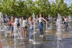 Moskwa, Rosja, 02 2019 Czerwiec Nastoletnie dziewczyny baraszkują w fontannie miasto park zdjęcie royalty free