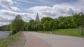 MOSKWA ROSJA, CZERWIEC, -, 4, 2017: Niezdefiniowani ludzie chodzą wzdłuż ścieżki w parkowym Kolomenskoye zbiory