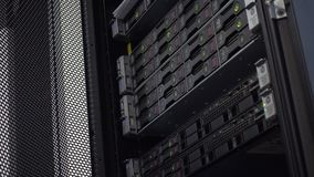 MOSKWA ROSJA, Czerwiec, - 05, 2019: Ostrze serwer w stojaka grona dyskach twardych składowych w interneta centrum danych pokoju m zbiory wideo