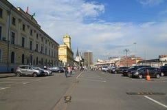 Moskwa, Rosja -03 2016 Czerwiec Parking na Komsomolskaya kwadracie w letnim dniu Zdjęcie Stock