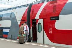 Moskwa Rosja, Czerwiec, - 14 2016 Pasażery wchodzić do w kondygnacja pociągu liczby 45 trasie od Moskwa Voronezh przy Kazan stacj Zdjęcia Royalty Free