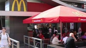 MOSKWA ROSJA, CZERWIEC, - 2013: Pierwszy McDonald restauracja zbiory