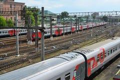 Moskwa Rosja, Czerwiec, - 03 2016 Pociągi przy drogami dojazdowymi Kursk stacja Zdjęcie Stock