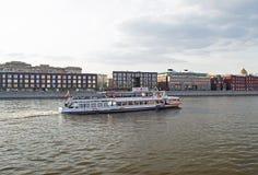 MOSKWA ROSJA, CZERWIEC, - 14, 2016: Przyjemności łódź na Moscow-29 obrazy royalty free