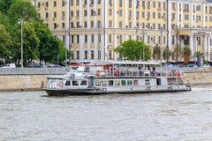 Moskwa Rosja, Czerwiec, - 21, 2018: Przyjemności łódź na tle budynki w dziejowym centrum Moskwa na letnim dniu Obrazy Stock