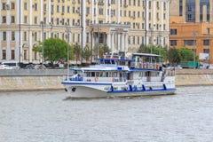 Moskwa Rosja, Czerwiec, - 21, 2018: Przyjemności łódź unosi się na Moskva rzece w centrum Moskwa na letnim dniu Obraz Royalty Free