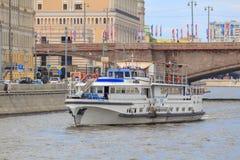 Moskwa Rosja, Czerwiec, - 21, 2018: Przyjemności łódź unosi się na Moskva rzece w dziejowym centrum Moskwa na letnim dniu Obraz Stock