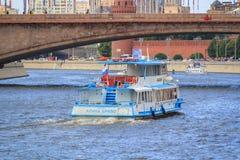 Moskwa Rosja, Czerwiec, - 21, 2018: Przyjemności łódź unosi się na Moskva rzece w dziejowym centrum Moskwa na letnim dniu Obraz Royalty Free
