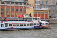 Moskwa Rosja, Czerwiec, - 21, 2018: Przyjemności łódź unosi się na Moskva rzece w dziejowym centrum Moskwa na pogodnym letnim dni Obraz Royalty Free