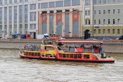 Moskwa Rosja, Czerwiec, - 21, 2018: Przyjemności łódź unosi się na tła Moskva rzecznym bulwarze w dziejowym centrum Moskwa na a Obraz Royalty Free