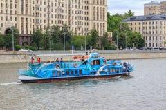 Moskwa Rosja, Czerwiec, - 21, 2018: Przyjemności łódź unosi się na tła Moskva rzecznym bulwarze w dziejowym centrum Moskwa na a Zdjęcie Royalty Free