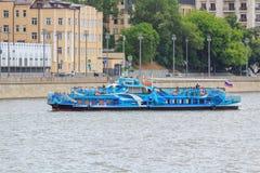 Moskwa Rosja, Czerwiec, - 21, 2018: Przyjemności łódź unosi się na tle bulwar w centrum Moskwa na letnim dniu Zdjęcia Royalty Free