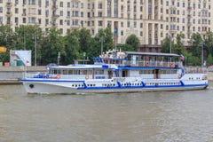 Moskwa Rosja, Czerwiec, - 21, 2018: Przyjemności łódź unosi się na tle bulwar w dziejowym centrum Moskwa na lecie da Obrazy Royalty Free