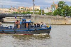 Moskwa Rosja, Czerwiec, - 21, 2018: Przyjemności łódź z turystami na tle bulwar w dziejowym centrum Moskwa na clou Zdjęcie Royalty Free