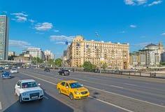 Moskwa, Rosja -03 2016 Czerwiec ruch drogowy na bridżowym Novoarbatsky Obraz Stock