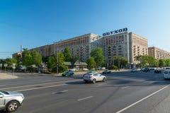 Moskwa, Rosja -03 2016 Czerwiec ruch drogowy na ulicznym Kutuzovsky Prospekt Obraz Royalty Free