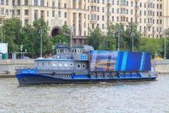 Moskwa Rosja, Czerwiec, - 21, 2018: Stara turystyczna łódź unosi się na Moskva rzece na tle budynki w centrum Moskwa na su Zdjęcia Stock