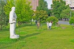 MOSKWA ROSJA, CZERWIEC, - 16, 2016: Statua Lenin, wśród innych rzeźb w Parkowym Muzeon zdjęcie royalty free