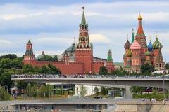 Moskwa Rosja, Czerwiec, - 21, 2018: Strzelisty most w Zaryadye parku na tle Moskwa Kremlin i St basilu ` s katedra w clo fotografia royalty free