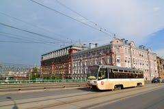 Moskwa Rosja, Czerwiec, - 03 2016 Tramwaj na Krasnoselsky wiadukcie przy Obniżam Krasnoselskaya ulicą Zdjęcie Stock